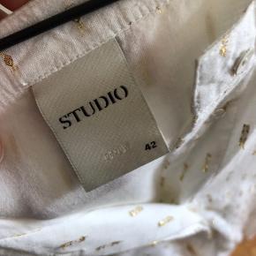 Brugt en enkelt gang. Virkelig flot Only Studio kjole i bomuldstof og gulddetaljer i stoffet. Ikke gennemsigtig.