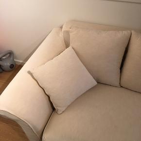 Flot og meget velholdt sofa i cremehvid sælges. Løse vaskbare puder og betræk. Sofaen står pænt og velholdt!  Målene er hhv.  Længde: ca. 2,2 m Dybde: ca. 59 cm Højde: ca. 70 cm Kan afhentes i Lyngby ✨