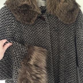 Fin frakke fra Feminella - Made in England   Str 38   MP 400,-