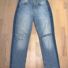 """Løstsiddende """"straight fit"""" blå jeans fra H&M med en mørkeblå stribe langs begge sider.  #Secondchancesummer"""