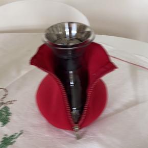 Tebrygger med rød neoprendragt.  Den holder teen varm og er 100% drypfri b