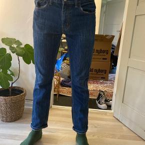 Lækre Lewis Jeans, købt i Lewis for et par år siden. Str. W:32 L:32 Næsten aldrig brugt og vaskes få gange Kan afhentes i København K. Hvis varen skal sendes betaler køber fragten.