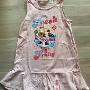 Flot lyserød H&m shopkins kjole brugt 1 gang. Str 110/116