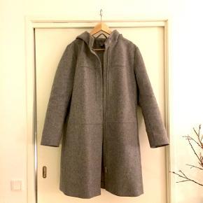 God vinterfrakke i uld fra Cos med lynlås og hætte. I rigtig god stand. Sender gerne, køber betaler Porto.