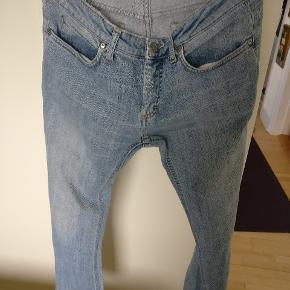 Acne jeans model Hep used, med bevidst slidt udtryk så tag ikke fejl de er  ikke brugt meget og står i rigtig fin condition. Str er 30 /34 fitter også en 31 og 32. Jeg er 184/75
