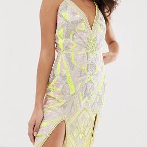Flotteste perlebesatte kjole med neonfarvede detaljer ✨💫🌜