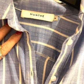 Smuk skjorte fra Munthe Str 34 men er meget stor og passes også af small og medium. Brugt 1 gang