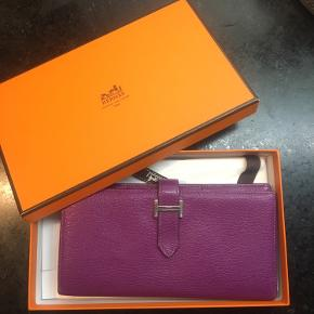 Béarn pung i læder. En klassiker fra Hermes i unik limited purple color. Kan ikke købes længere. Original æske og wrapping. Ser id som ny. Ingen pletter eller slidtage. Kun brugt få gange. Købspris ca.  16.000
