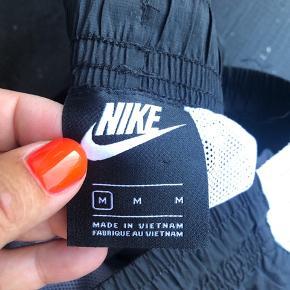 Fine træningsbukser/hverdagsbukser fra NIKE, der er elastik og snøre i livet og elastik ved buksebenene. Brugt 2-3 gange og fejler intet.