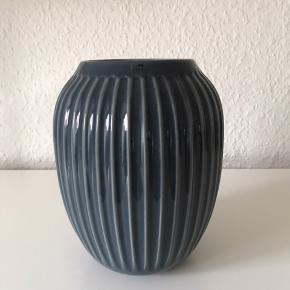Ny og ubrugt vase i antracitgrå fra Hammershøi (Kähler) i str. 20 cm.   Er 100% intakt.   Fast pris kr. 200,-.   Nypris kr. 349.   Kan hentes i Odense.