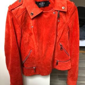 Super fin jakke fra Vero moda i en orangerød farve. Str. m men passer også en s.