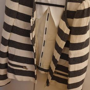 Flot blazer fra Zara  Der står str XL i den, men lille i str føles som en S/M