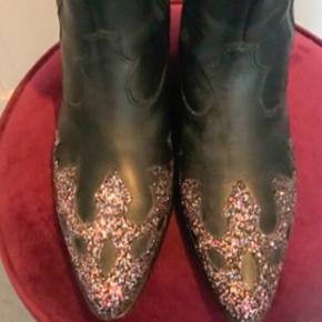 Smukke fede lækre læder cowboy støvler ,  western støvler, biker boots , glimmer , glitter .  Str 40 og svarende .  Aldrig brugt , kun prøvet inde .  Har ikke fået dem brugt !  Skal have solgt ud !  NP 2399kr  🖤