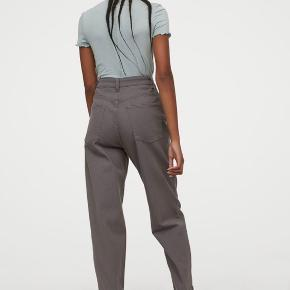 Mom loose grå jeans, der pt. er udsolgt i H&M. Virkelig fede! Brugt tre gange - og sælges kun, da jeg må erkende, at de er for store.