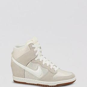 Super fede unikke Nike dunk sky hi Wedge Sneakers i org kasse. Der er hologram effekt på siden. Det er en udsolgt og limited edition. Så den laves ikke mere. Der er indbygget kilehæl i.