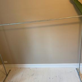 Tøjstativ af vandrør 200x90 cm. Stativet kan skrues fra hinanden, så det er nemmere at transportere. Skal afhentes i NV. :-)