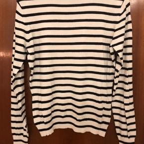 Tynd sweaterbluse med striber fra Veromoda med ribkant i forneden, i ærmer og i halsen.  Blusen er brugt få gange og fremstår derfor som ny.