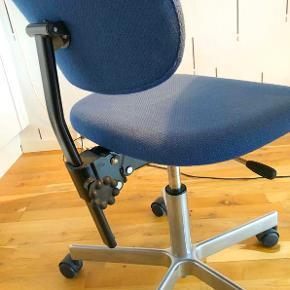 Skrivebordsstol / kontorstol / arbejdsstol.  Sæde og ryg er polstret med blåt stof. Har lidt plamager på sædet men intet, der har betydning for brugen.  Kan meget let ændres i højden og ryglæn / lændestøtte kan justeres i både højde og vinkel ift. sædet. Giver rigtigt god komfort og ergonomi.  5 gode hjul, der giver perfekt stabilitet.  Klassisk retro-design.  Stolen sælges kun pga. pladsmangel, da jeg altid har været meget glad for den.  Sælges for kun 250 kr.  Afhentes på Frederiksberg.
