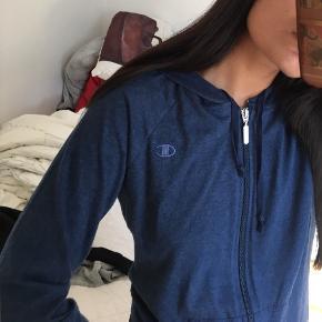 Rigtig fed lynlås-hoodie-trøje fra Champion i et løst og tyndt materiale. Perfekt til træning eller hverdagsbrug✨ Send gerne en besked hvis du er interesseret eller vil have fler' billeder. Fortsat god dag☺️☀️  Røgfrit hjem✅  OBS: Jeg har meget mere til salg i samme dur på min side. Tag et kig. Hvis der er mere du kan lide, så kan det komme med i samme parcel, så du kun behøver at betale fragt én gang. - jeg mødes også gerne, hvis det er✨