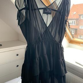Helt ny kjole fra Designers remix, købt i en butik på Østerbro fra et par måneder siden.  Den har en dybt udskæring foran - og på ryggen. Super lækker kvalitet, og er så smuk på. Men jeg får den desværre ikke brugt.