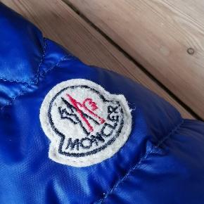 Moncler Royal Blue Str 5, fitter L Cond 9/10 udover et lille bitte hul på ryggen er jakken som ny  KØB NU 1500