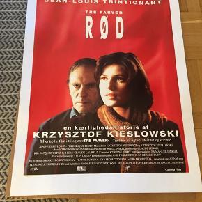 Filmplakat tre farver rød Af Krzysztof Kieslowski 62x85 cm NB ligger på et hvidt stykke papir som kan fjernes BYD