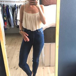 Blå højtaljede skinny Oki jeans i økologisk bomuld fra Monki i str. 27.   Købt for små. Kun vasket en gang i neutral.   Fra ikke-ryger hjem.    Afhentes på Vesterbro eller sendes på kæbers regning :)