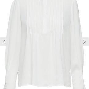 Varetype: Bluse Farve: Hvid Oprindelig købspris: 399 kr. Kvittering haves.  Brugt en enkelt gang, fremstår som helt ny! Mærket er desværre taget af, men kvittering haves stadig