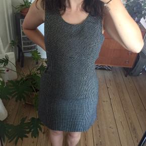Vintage figursyet kjole  Passes af en str. S/M (ses på en str. S) Ingen tegn på slid  Bud er velkomne.  Kan afhentes i Odense M eller sendes med DAO.