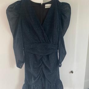 """Flot mørkeblå kjole med rynkeeffekter ved skulderen. Med """"pufærmer"""". Har kun prøvet den på men aldrig brugt den."""