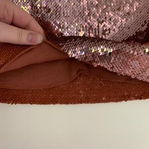 Mærke: Samsøe & Samsøe  Str: M Farve: Copper Brown (synes nu selv den er mere lyserød) Model: Feve skirt Længde: 42 cm Matriale: 82% Nylon | 13% Viskose | 5% Elasthan  Stand: aldrig brugt Ny pris: 115£ ca 950 kr.   📸 Sender gerne flere billeder hvis det ønskes ❌ Sidste billede er blot for at vise den på, og er altså ikke samme farve som min nederdel 😊