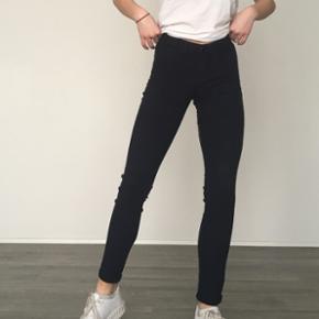 Super lækre blå bukser fra pieces Fitter en xs... Fnuller lidt bagpå, men ellers i rigtigt i god stand!