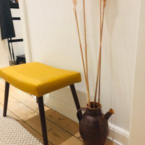 Fin retro vase/kande købt i en antik butik 26 cm. høj. Har filt under bunden, så den ikke ridser gulv, bord, hylde eller lignende Fejler intet