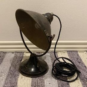Bauhaus bordlampe. Tysk oprindelse. Fremstår nænsomt renoveret med ny sort stofledning 4 mtr. Pris 1.100,- kroner