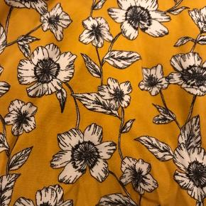 Fin gul blomsternederdel  Str. S men passer en xs