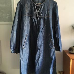 Langærmet kjole af mørkeblå denim med stiklommer. Str. L.