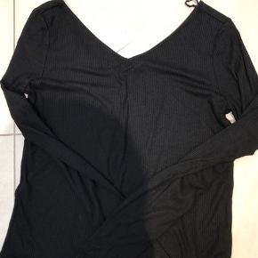 Ny blød rib bluse i sort, med V Hals for og bag.