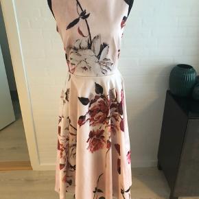 Nypris 850 kr, ASOS med mærke stadig. Mørkerød langærmet bluse der matcher blomsterne medfølger også såfremt man ønsker den med. Smuk sløjfe bagpå kjolen. Rigtig fin til bryllup