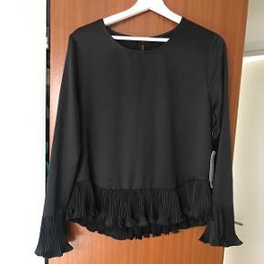 Sælger denne fine trøje fra Gina Tricot i størrelsen 40. Den har fine puf ærmer også nederst på trøjen. aldrig brugt.