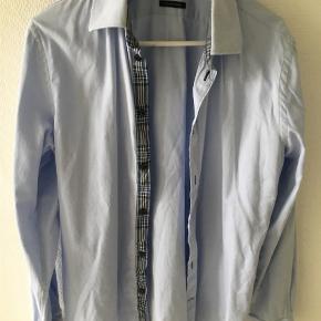 Varetype: Langærmet Farve: Lyseblå  Fin lyseblå skjorte str M ( 39/40)  Ikke strøget 😊  Ikke brugt meget