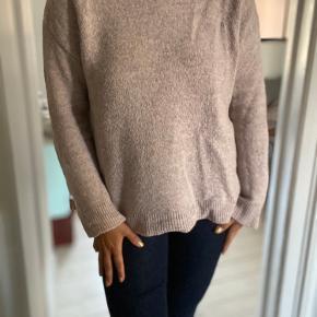 Brugt sweater, men kan stadig godt bruges.   Meget behagelig at have på 💗