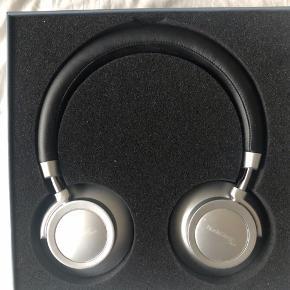 NORDIC DESIGN MUSIC ON-EAR BLUETOOTH HOVEDTELEFONER  Nordic Design Music har fremstillet disse stilrene hovedtelefoner med kraftfuld lyd i op til 11 timer.  Specifikationer:  Bluetooth version: 4.1 Spilletid: Op til 11 timer (medium volume) Opladetid: Ca. 2 timer Batteri: 3.7V / 300 mAH Materiale: proteinlæder
