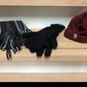 Halstørklæde, vanter og hue til herre. Tørklæde og vanter er aldrig brugt - 20 kr pr del mens huen har en lille fejl i syning 10 kr