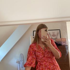 Super fin blomster kjole fra Only, str M, aldrig brugt stadig med prismærke😊 200kr inkl fragt