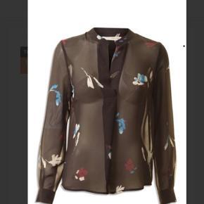 Flot sort bluse, let transparent. Aldrig brugt. Omkreds bryst 112 cm Fuld længde 65 cm  Bytter ikke...