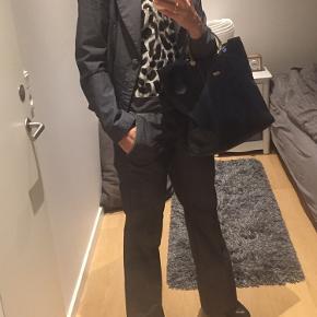 Så lækkert jakkesæt fra Muus - jakken er str 38 og bukserne str 40 - måler ca 89cm i livet