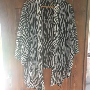 Super sød zebra mønstret let skjorte til ud over den lille sorte eller til strandbrug ud over bikinien. Køber betaler fragt