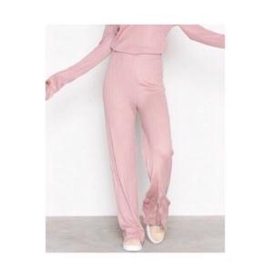 Sælger dette sæt fra Nelly Trend / NLY trend :) Passer str M :) (Blusen er M, bukserne er en stor S)  Farven er lidt svær at fange på billeder dsv, men er som på modellen og closeup-billedet :)  NB: sælges samlet :)