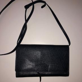 Rigtig fin lille taske, den har en skade indeni ses på foto kan fixes at en der har styr på en nål:)