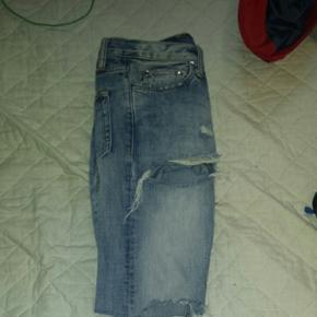 M1 denim. Str 30  Distressed Denim bukser fra MNML brugt et par nogle gange og har et hul i den ene lomme inden i. Tag dem for 150kr lige nu. Kan mødes i Århus eller hadsten eller sendes på købers regning.